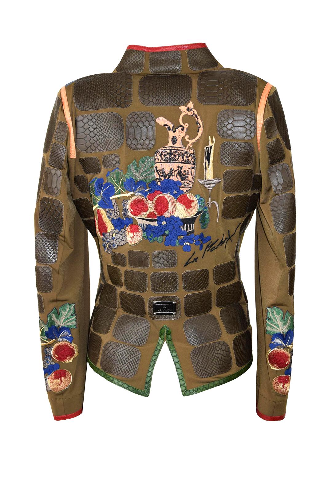 """Jacke, oliv mit multicolor- Kontrasten, Krokopatches und """"Still-Life-embroidery"""" Patches: ab 130 Stück, stitches: 206.000"""