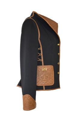 Jacke mit Kragen, aus Doublejersey mit geprägt gestickten Ledertaschen und Kontrasten