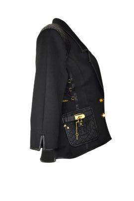 Jacke mit Rever und mit geprägt gestickten Ledertaschen und Kontrasten